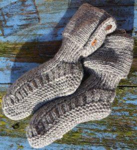 Gebreide sokken met knopen