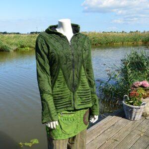 Groen gevoerd vest met puntcapuchon