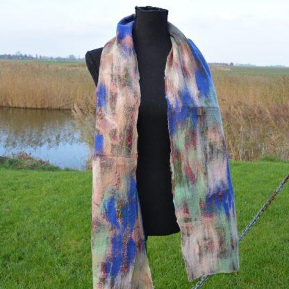 sjaal van vilt op zijde blauw