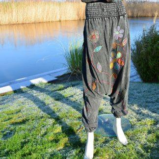 Grijze tricot harembroek met bloemen applicaties