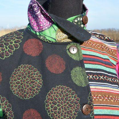 Lange alternatieve jas met kraag en knopen