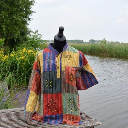 Kleurrijk overhemd van verschillende lapjes stof gestreept bedrukt