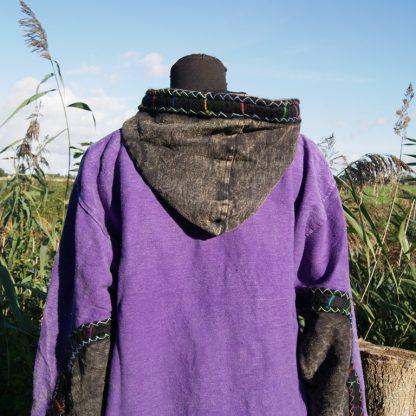 Paarse jas met capuchon