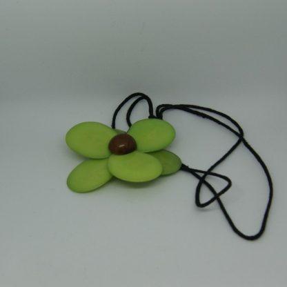 Halsketting met bloem van plantaardig materiaal Tagua