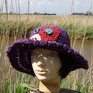 Gehaakte floppy hoed van hennep - met bloem